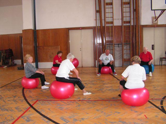 Senioři na gymnastických míčích